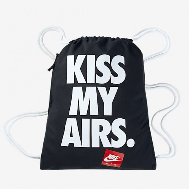 "Nike Heritage Graphic Gymsack ""Kiss My Airs"" Black / White-01"