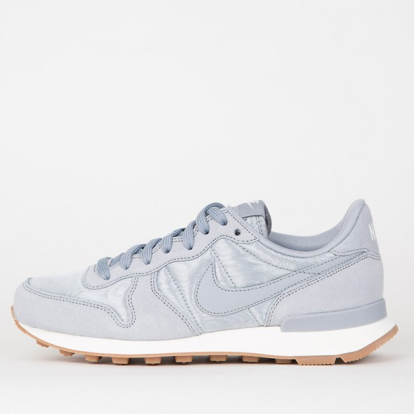 Nike Wmns Internationalist Wolf Grey / Wolf Grey Sail Gum Med Brown-01